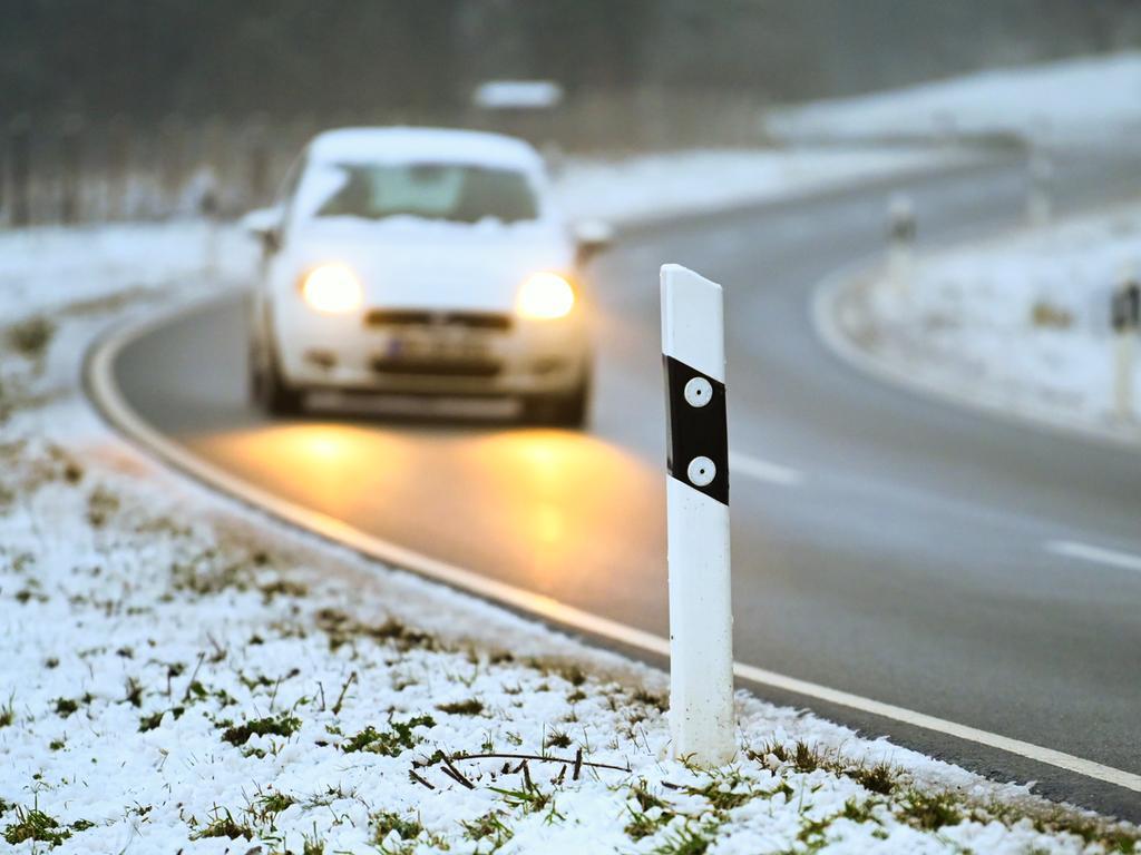 12.12.2019, Bayern, Unterbrunn: Frischer Schnee liegt neben einer Landstraße. Der erste Schnee in Franken ist da. Foto: Nicolas Armer/dpa +++ dpa-Bildfunk +++