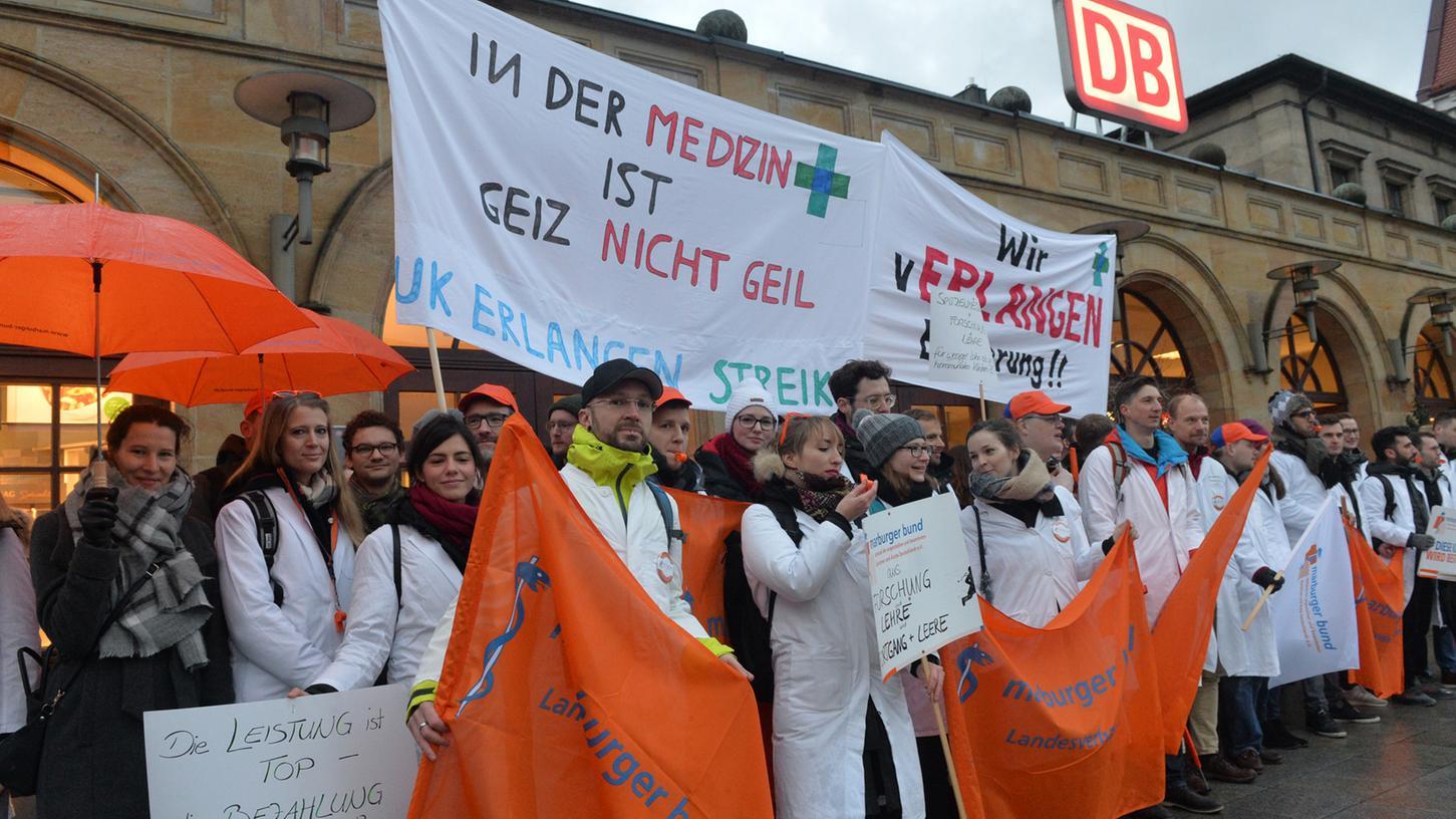 Ärztinnen und Ärzte der Universitätsklinik Erlangen haben sich vom Erlanger Hauptbahnhof aus zur zur zentralen Kundgebung nach Hannover aufgemacht, um für bessere Arbeitsbedingungen zu demonstrieren.