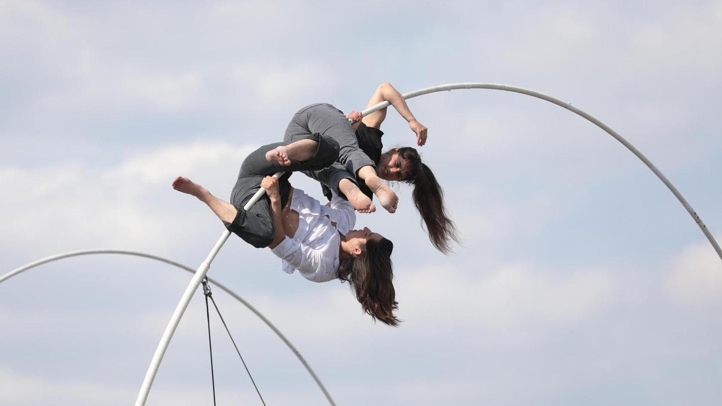 """Bei """"La Spire"""" verzauberten die Künstlerinnen aus Frankreich beim Festival 2019 die vielen Zuschauer auf dem Großparkplatz und im Wiesengrund."""