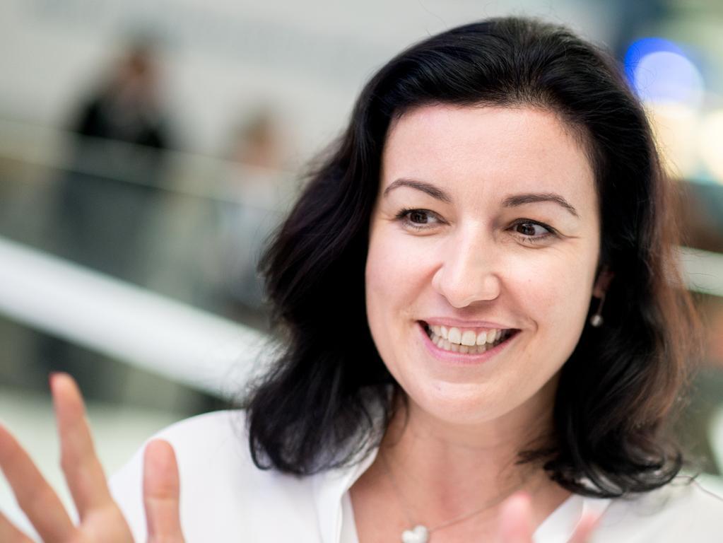 ARCHIV - 12.06.2018, Niedersachsen, Hannover: Dorothee Bär (CSU), Staatsministerin für Digitalisierung, unterhält sich am Stand von Intel bei der Digitalisierungsmesse Cebit. (zu dpa