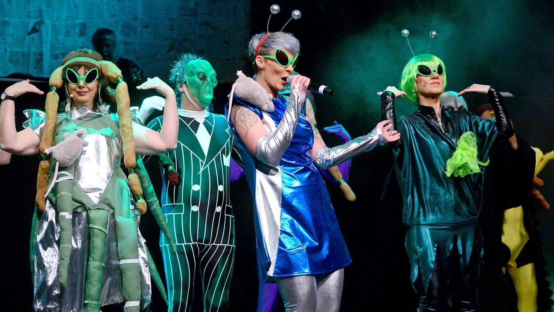 """Lieber bunt als braun: Die Dullnraamer sind meinungs- und sangesfreudig unterwegs, mit Hang zu schrillen Kostümen inklusive. Das Foto entstand bei der """"Sidzung"""" im vorigen Jahr."""