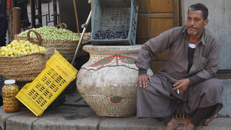Obst und Gemüse werden in Kairo in Geschäften, häufig aber auch einfach an den Straßenecken verkauft.