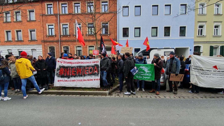 In Erlangen haben sich am Donnerstagmittag spontan Teilnehmer zu einer Demo gegen die FDP zusammengefunden.