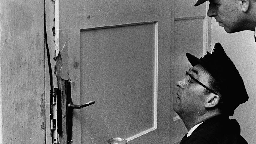 Eine Einbruchsserie beschäftigte vor genau 50 Jahren die Pegnitzer Polizei. Zielobjekte waren dabei vor allem Wochenendhäuser, aber auch das Alte Rathaus in Pegnitz. Hier drangen die Unbekannten durch ein Fenster im Erdgeschoss in die Geschäftsräume des THW ein. Weil sie dort nichts an Beute vorfanden,  suchten sie auch das Gewerkschaftsbüro auf.  Den größten Schaden indes richteten sie in den Räumen der Sudetendeutschen Landsmannschaft an. Sie brachen die Tür mit brachialer Gewalt auf, warfen sämtliche Möbel um und verwüsteten auch die Regale. Mit einer Beute von lediglich 30 Mark aus der Portokasse machten sich die Übeltäter schließlich aus dem Staub.