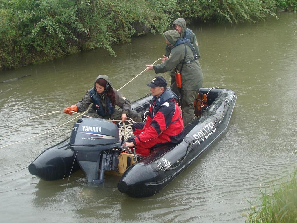 Die Polizei suchte tagelang nach der vermissten Nadine K. – mit Booten auf der Aisch und auch an Land. Schließlich bargen Taucher ihren Leichnam im Fluss.