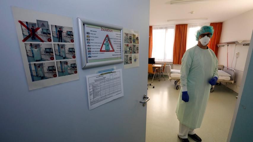 Nürnberg , am 05.02.2020..Ressort: Lokales Foto: Stefan Hippel ..Klinikum Nord, Isolierstation..Dr. Jochen Böhm Oberarzt bereitet sich auf den Patienten vor..