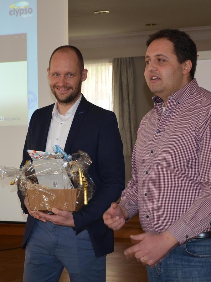 Andreas Buckreus (re.) bedankte sich beim Betriebsleiter Johann Dollmaier.