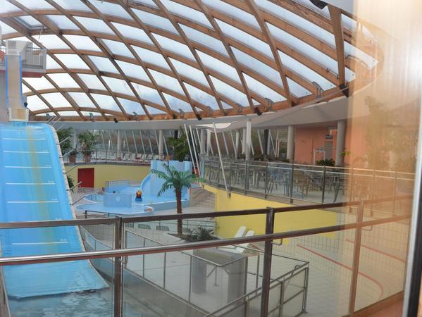 """Ein Holz- und Planendach hat das Bad in Deggendorf, die Attraktionen (wie auf unserem Bild der """"Jumper"""") werden immer wieder erneuert oder ausgetauscht."""