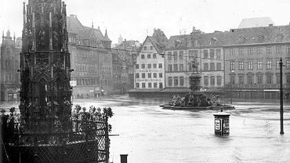 ...hätte auch er nicht für möglich gehalten. Auch der Schöne Brunnen, der bis heute auf dem Hauptmarkt steht, war zum Teil unter Wasser.