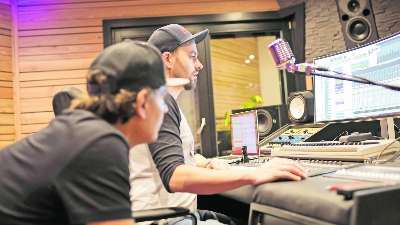 In seinem Tonstudio in Dottenheim blüht Musikproduzent Christian Schemm (rechts) auf. Durch seine geknüpften Kontakte hat er bereits mit Profimusikern wie dem Schlagzeuger Ralf Gustke zusammengearbeitet.