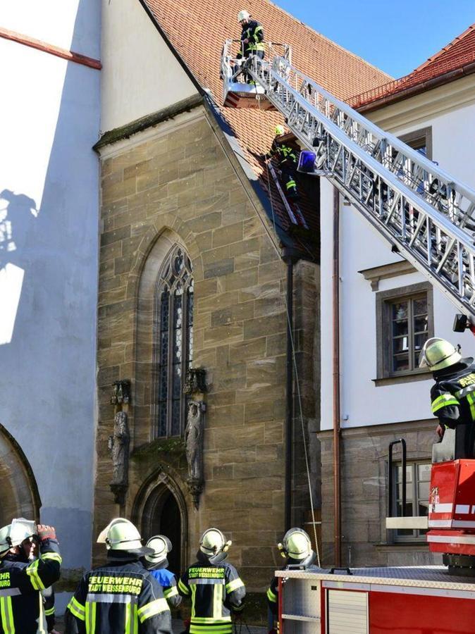 An der Spitalkirche hatte der Sturm etliche Dachzigel gelockert und abrutschen lassen. Die FFW Weißenburg machte das Dach mit Hilfe der Drehleiter wieder dicht.
