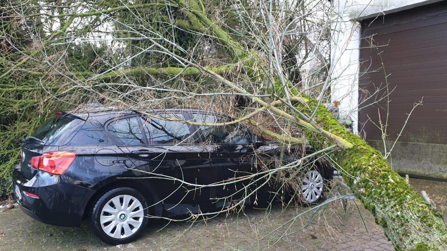 In Indernbuch wurde durch den Sturm ein Baum entwurzelt und fiel auf ein geparktes Fahrzeug.