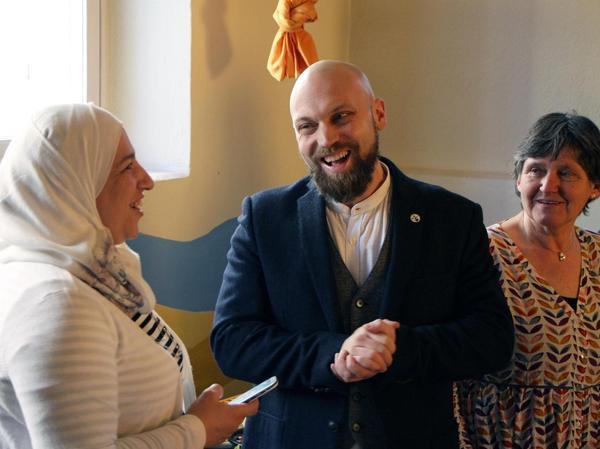 Köchin Manal Alkayat (links), Pfarrer Benedikt Wolff und Dorothee Bucka von der Freiwilligenagentur Altmühlfranken eröffneten das Arabische Mittagsbüfett.