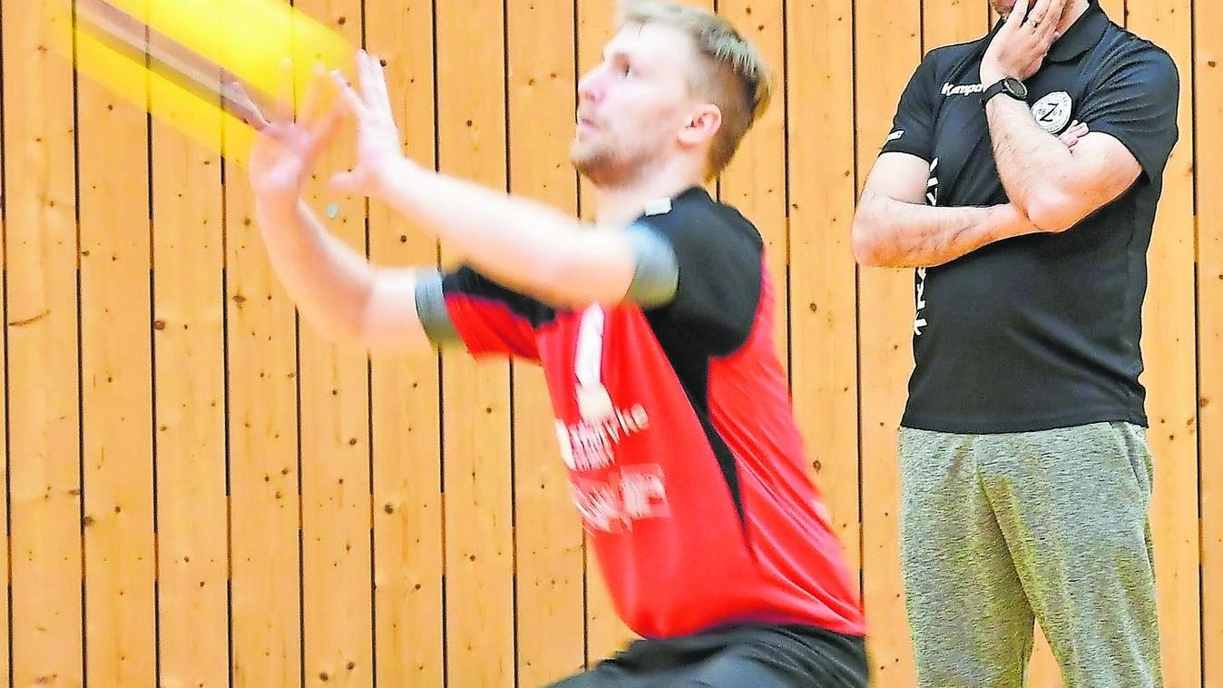 TSV-Trainer Michael Hänsel (hinten) beobachtet Lennart Kroha, seinen Kapitän und Beachvolleyballer im Team, in der Partie gegen Dachau.