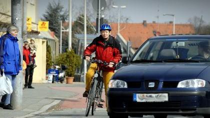 Vor Kreuzungen rechts überholen sollte man nur, wenn genügend Platz ist. Dabei sollte man sich aber nie neben Lkws aufstellen. Beim Überqueren einer Kreuzung auf einem Radweg oder Radstreifen unbedingt den Verkehr neben sich im Auge behalten.