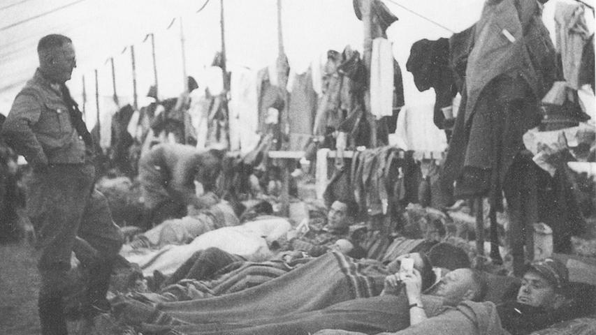 Die Reichsparteitage waren Massenveranstaltungen, Hotels waren ausgebucht. So blieben den Besuchern nur Massenlager in Zelten, wo sie auf Stroh schliefen und sich mit einfachen Decken wärmten.
