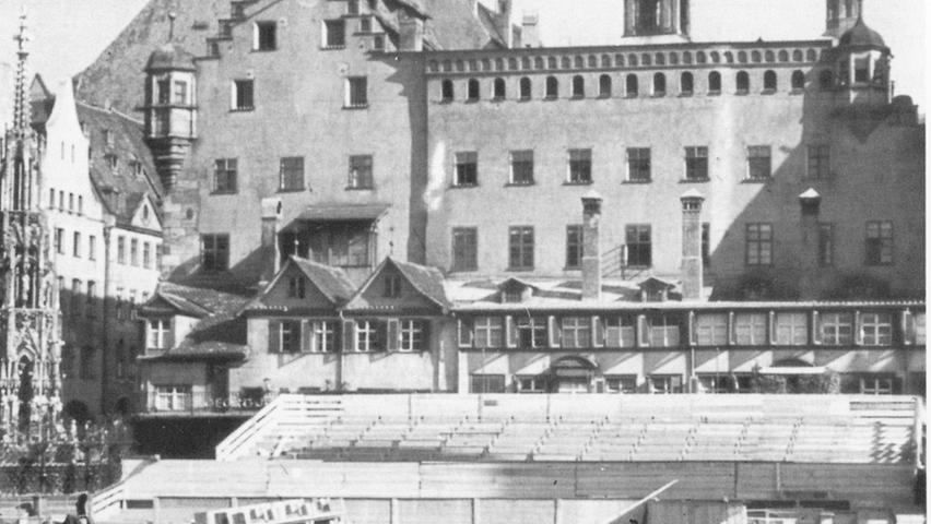 Auf dem Hauptmarkt wurden im Sommer 1939 die Tribünen für den Reichsparteitag 1939 vorbereitet. Der
