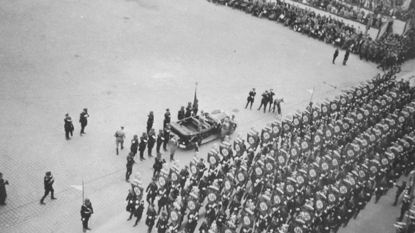 Auf diesem privaten Foto ist zu sehen, wie Hitler 1930 auf dem Hauptmarkt eine Parade abnimmt. Später trug der Platz ein paar Jahre seinen Namen, bis die US-Armee ausgerechnet an Hitlers 56. Geburtstag am 20. April 1945 dort anlässlich der Befreiung Nürnbergs ihre erste Parade veranstaltete.