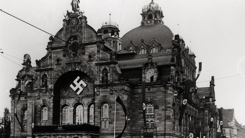 Auch das Nürnberger Opernhaus stand bald im Fokus der NS-Bonzen. An dem Jugendstilbau wurde ein riesiges Hakenkreuz angebracht.