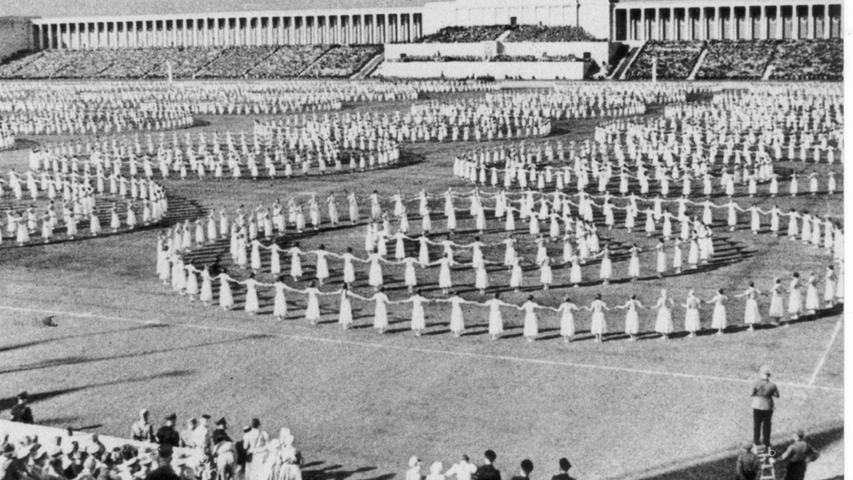 Beim Reichsparteitag 1938 tanzen Frauen vor der Bühne einen Reigen.