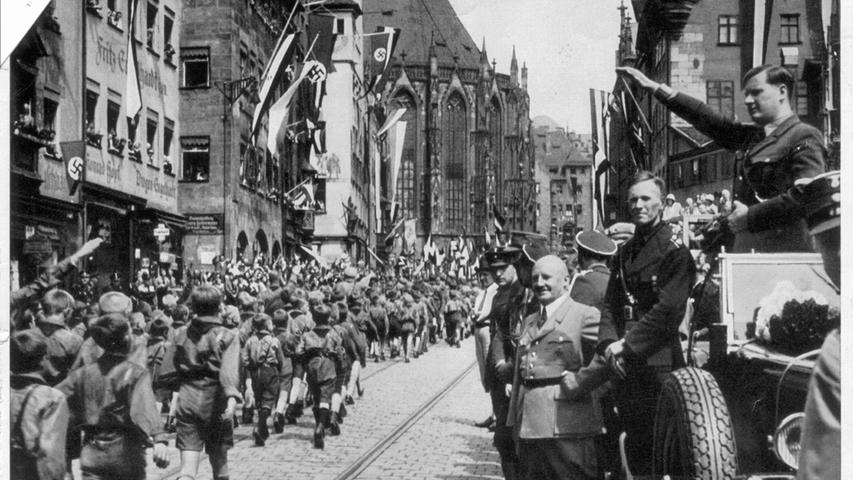 Auch junge Menschen waren von der Gleichschaltung nicht ausgenommen. Beim Reichsparteitag 1933 marschiert die Hitlerjugend an Baldur von Schirach und Julius Streicher in der Nürnberger Altstadt vorbei.