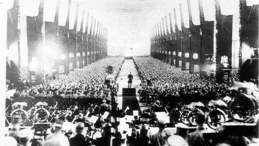 Das undatierte Foto zeigt die Choreografie der Parteiversammlungen in der Luitpoldhalle.