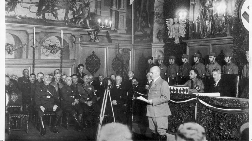 Julius Streicher am Mikrophon: Der Gauleiter beherrschte die Stadtratssitzung am 27. April 1933 im historischen Rathaussaal. Dabei kam es auch zu gewalttätigen Übergriffen auf andere Stadträte durch NS-Lokalpolitiker. Wenige Wochen später wurden sozialdemokratische Stadträte verhaftet und ins Konzentrationslager nach Dachau gebracht.