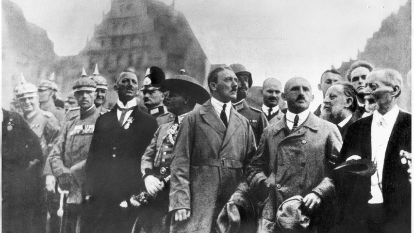 Dieses Bild aus dem Jahr 1923 dokumentiert die frühe Verbundenheit Adolf Hitlers mit Nürnberg. Das Foto zeigt ihn beim