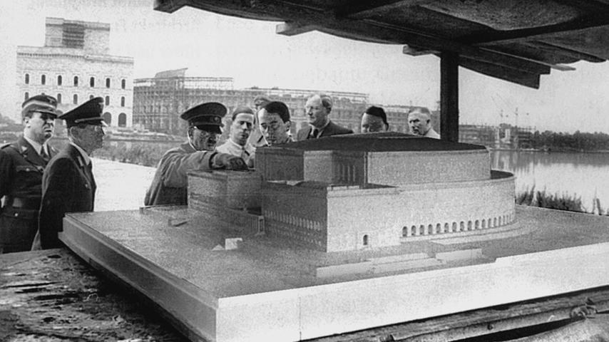 Die inszenierte Staatspartei: Hitler und sein Architekt Albert Speer vor einem Modell des Kolosseums. Der Nürnberger Bau sollte das römische Vorbild an Größe weit übertreffen.