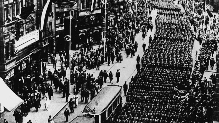 Wenn die Nazis aufmarschierten, brach der öffentliche Nahverkehr zusammen. Hier ein Aufmarsch der SA 1933 in der Königstraße.