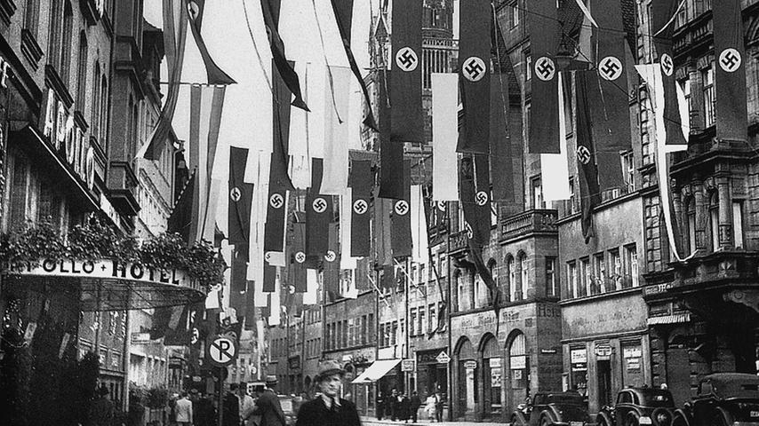 Starke Präsenz der NSDAP Anfang der 1930er Jahre in Nürnberg: Die Pfannenschmiedsgasse mit Hakenkreuz-Beflaggung.
