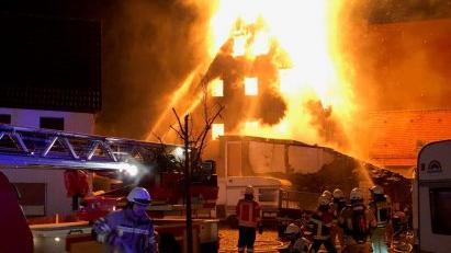 Hohe Flammen schlugen am späten Dienstagabend aus einer Scheune in Happurg, von der am Ende nur eine Ruine übrig blieb.