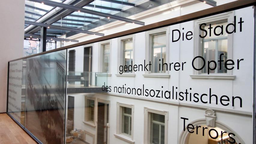 Gedenk-Inschrift im Palais Stutterheim.