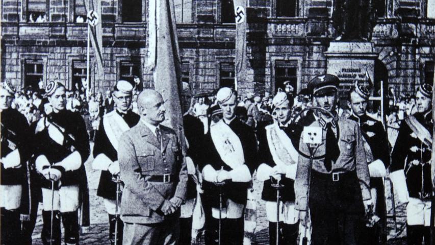 12. Mai 1933 trafen sich Studenten auf dem Schlossplatz in Erlangen, um die Bücherverbrennung im Rahmen der 'Aktion wider den undeutschen Geist' durchzuführen.