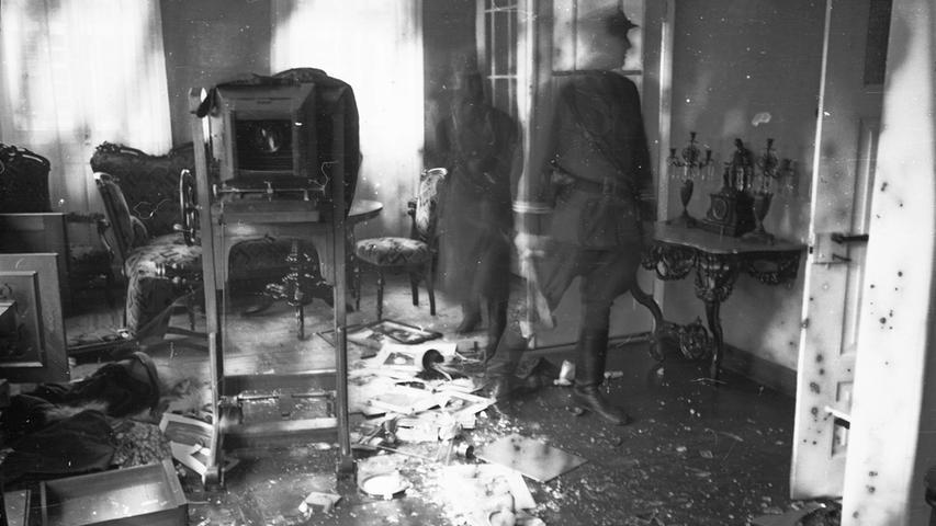 In der Pogromnacht 1938 verwüsten SA-Männer das Wohnzimmer der Familie Benesi.