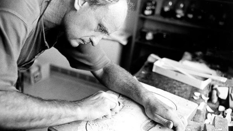 Der renommierte Geigenbaumeister Alfred Binner bei der Arbeit in seiner Werkstatt in Großenseebach.