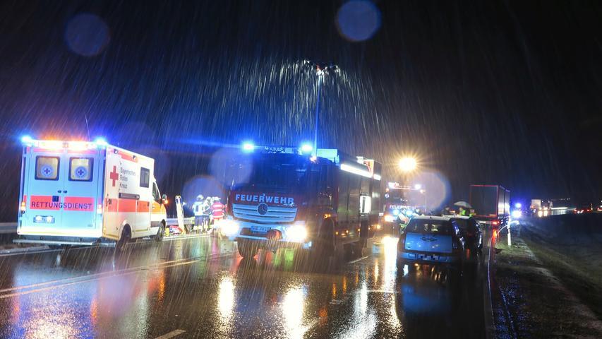 Unfall auf der B2: Frau in Auto eingeklemmt - Mehrere Autos involviert