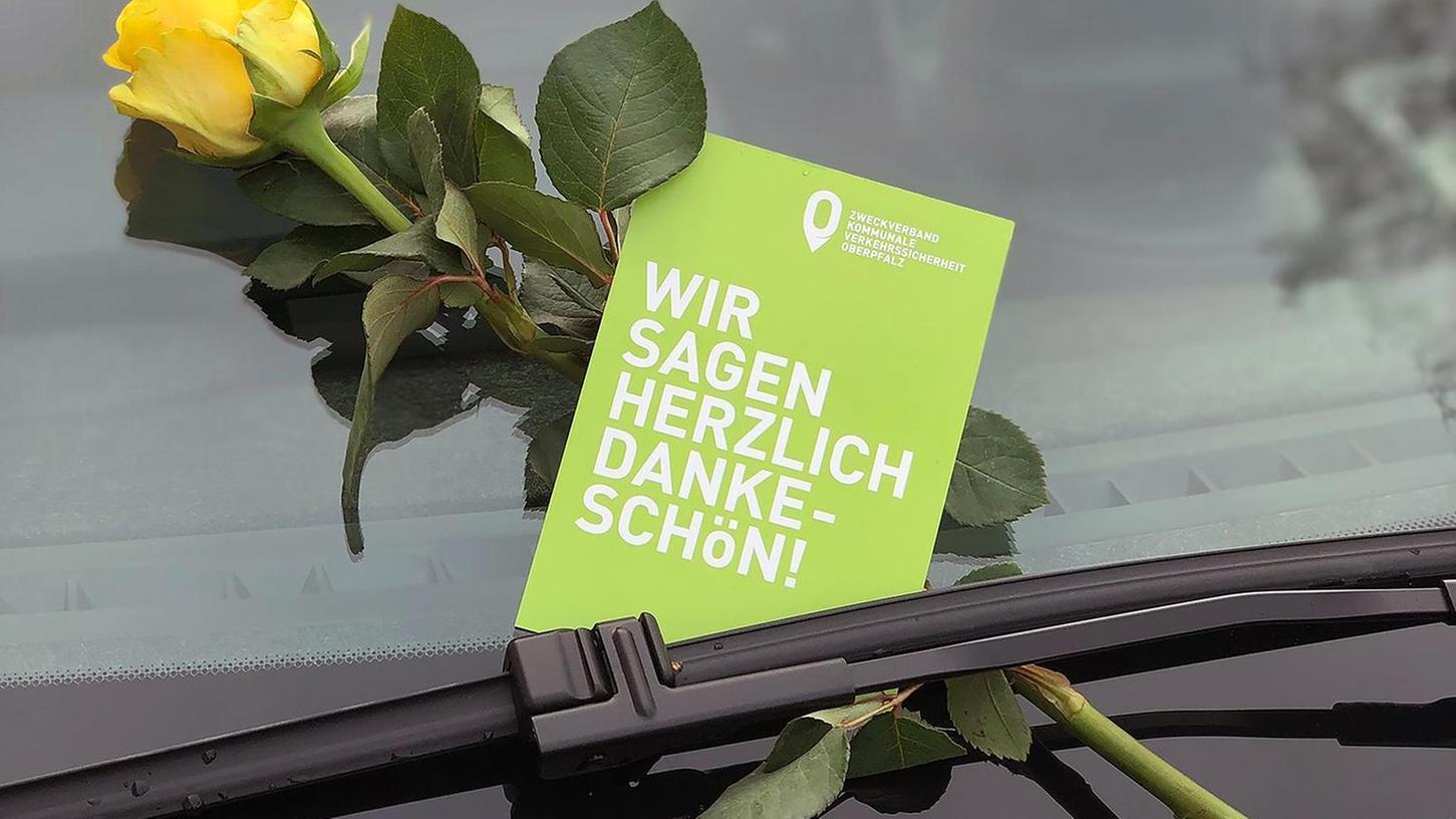 Am Valentinstag regnet es in Büchenbach gelbe Rosen: Der Zweckverband zur Verkehrsüberwachung belohnt damit Richtigparker.