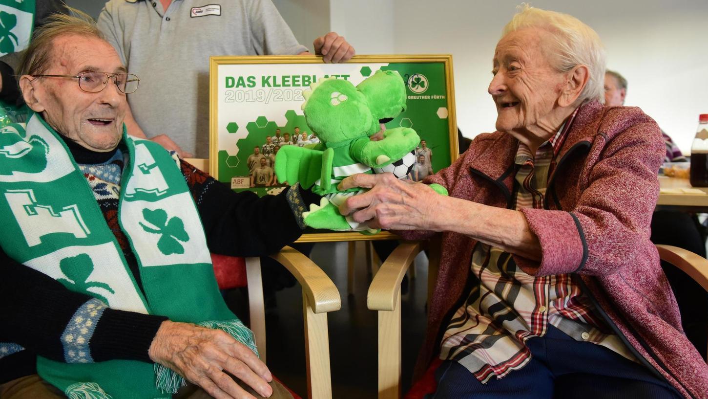 Die 100-jährige Elisabeth Gebert und Franz Lohrber, junge 93 Jahre alt, haben Eddy, das Maskottchen der SpVgg Greuther Fürth, bei ihrem Stammtisch dabei.
