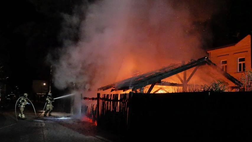 Vollbrand in Fürth: Flammen loderten aus Carport