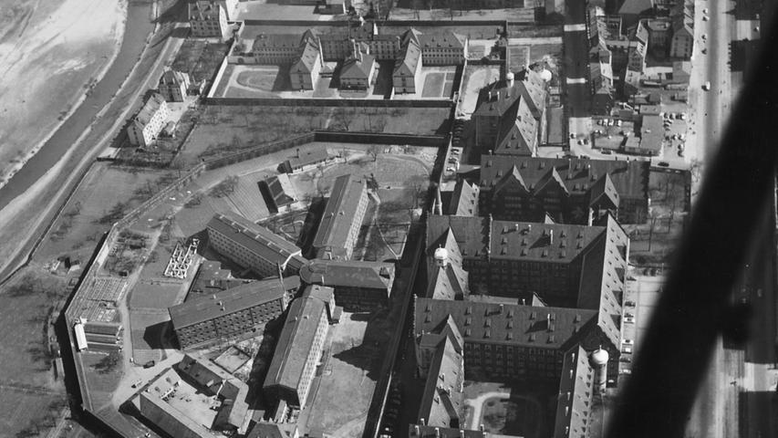Der weltberühmte Saal 600 in Nürnberg blickt auf eine lange Geschichte zurück: Johann Georg Loos (20) war der erste Angeklagte, der hier verurteilt wurde – am 13. November 1916 wurde er wegen schweren Diebstahls und Raubes schuldig gesprochen und zu 28 Monaten Gefängnis verurteilt.