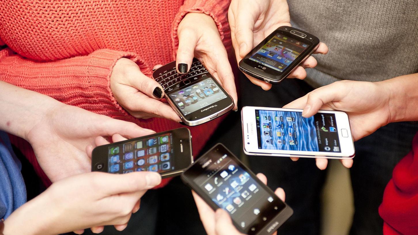 Hände und Handys sind eine fast schon unauflösliche Verbindung eingegangen. Deswegen ist es gerade in der Schule wichtig, sich mit dem richtigen und verträglichen Umfang mit Smartphones zu beschäftigen.