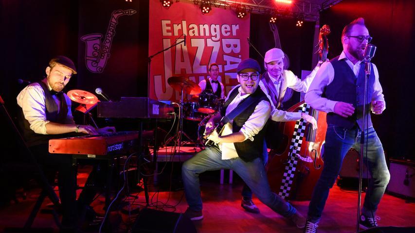 """Das vom Kulturverein Erlangen veranstaltete """"Jazz Band Bällchen"""" ist ein schöner Erfolg gewesen. Die Musik der drei Bands aus der Region hat meist kostümierten Gäste vollauf begeistert. Hier Rickbop & The Hurricanes .Foto: Klaus-Dieter Schreiter"""
