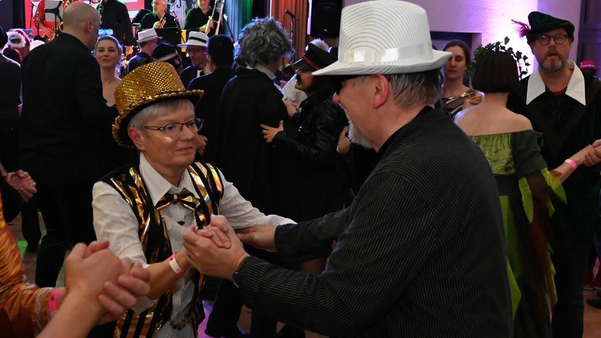 """Das vom Kulturverein Erlangen veranstaltete """"Jazz Band Bällchen"""" ist ein schöner Erfolg gewesen. Die Musik der drei Bands aus der Region hat meist kostümierten Gäste vollauf begeistert..Foto: Klaus-Dieter Schreiter"""