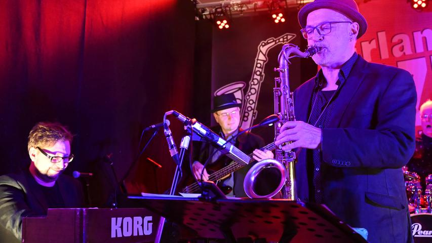 """Das vom Kulturverein Erlangen veranstaltete """"Jazz Band Bällchen"""" ist ein schöner Erfolg gewesen. Die Musik der drei Bands aus der Region hat meist kostümierten Gäste vollauf begeistert. Hier Hillman's Blues Band .Foto: Klaus-Dieter Schreiter"""