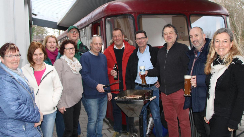 Der SPD-Ortsverein Bad Windsheim diskutiert am Bahnhof über Vorhaben für die Kurstadt. Bürgermeisterkandidat Siegfried Göttfert (Vierter von rechts) will unter anderem rasch bezahlbaren Wohnraum schaffen.