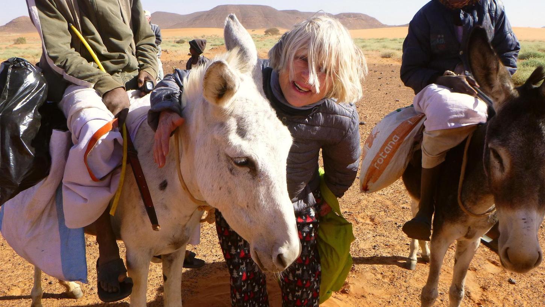 Auf ihren Reisen für den Tierschutz scheut Barbara Engelhardt keinen Kontakt zu den Einheimischen – hier etwa zu zwei jungen Eselreitern im Sudan.