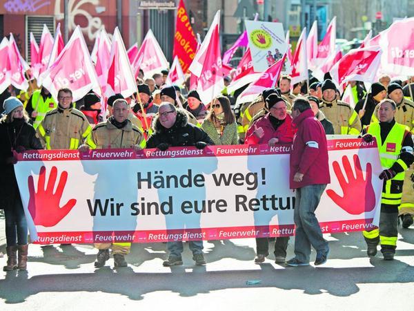 Rettungskräfte demonstrierten schon im Jahr 2018 in Frankfurt am Main für mehr Respekt und gegen Gewalt bei ihren Einsätzen.