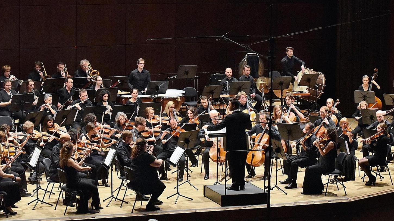 Ein Sinfonieorchester mit einem Dirigenten, der souverän, umsichtig, gestisch weisend, nie einengend, mit legerer Eleganz leitet: Tristan Uth führt die Junge Philharmonie Erlangen.