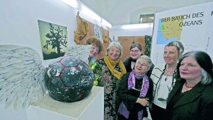 Kunstwerke wie dieser geflügelte Globus von Mara Loytved-Hardegg ergänzen die Informationstafeln über engagierte Frauen.